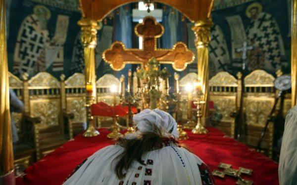 femeie in biserica